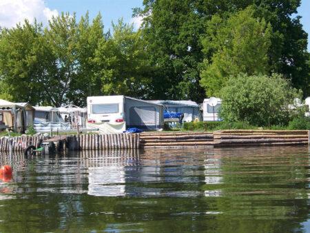 Campingplatz-Leisten - Wohnwagen vom Wasser aus